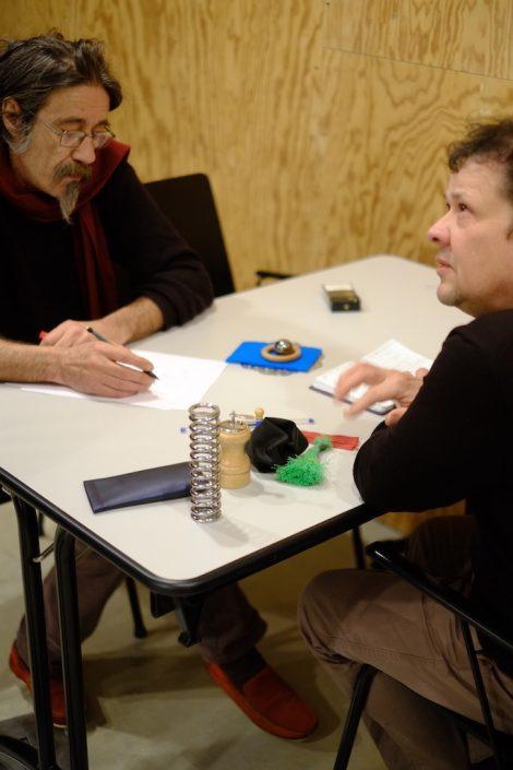 Stage de manipulation d'objets à la manière de Pierre Fourny. Expérimentations à la table par Bruno Robert et Jérôme Dubouloz. Photo Emmanuel Pierrot. Soissons.2015