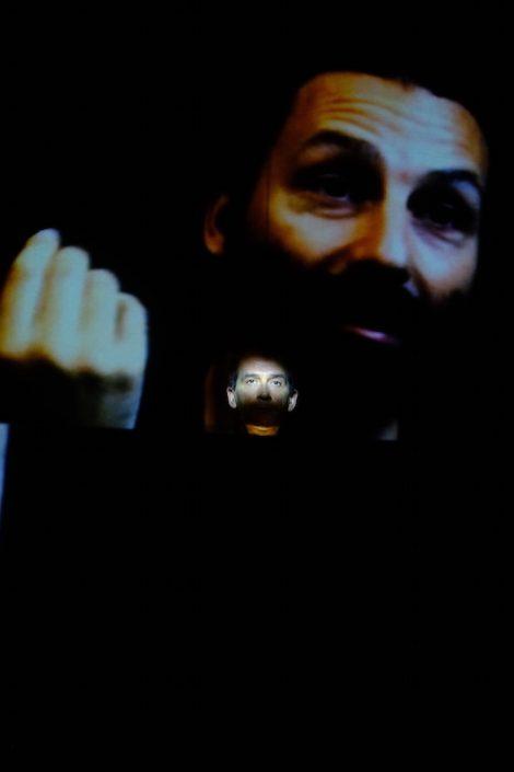 Répétitions Main tenant le passé. Manipulation du discours d'Adrien Meguerditchian. Photo Emmanuel Pierrot. Fère-en-Tardenois.2015