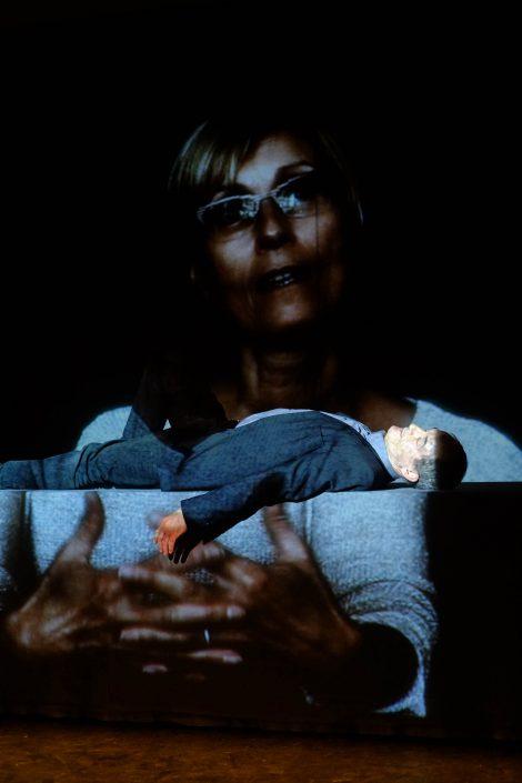 Répétitions Main tenant le passé. Pierre Fourny dans l'image de Nathalie Tzourio-Mazoyer. Photo Emmanuel Pierrot. Fère-en-Tardenois.2015